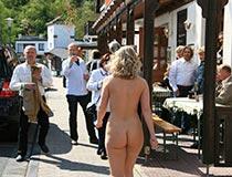 blonde janka nackt in der Stadt 8